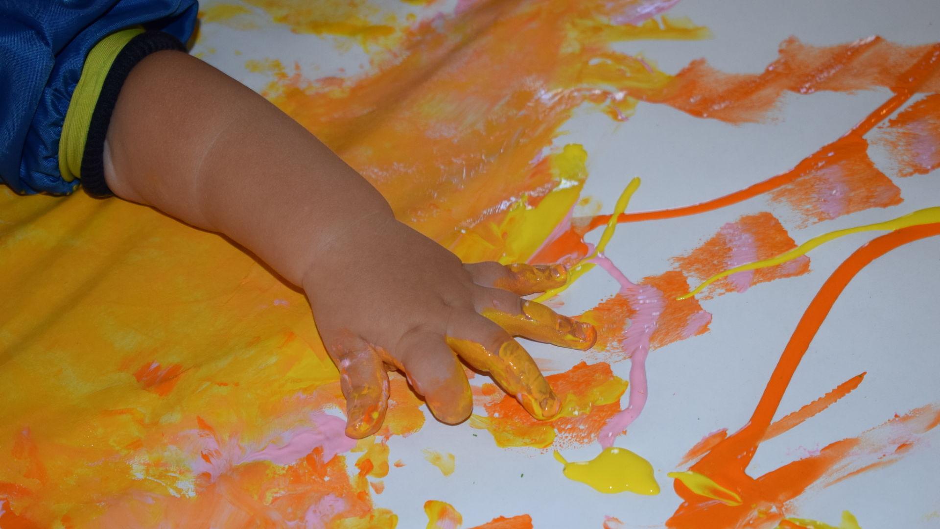 Attività-grafico-pittorica-dipingiamo-con-le-manine_opt